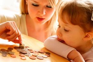 Мама с ребенком считают деньги с выплаченных алиментов бывшим мужем