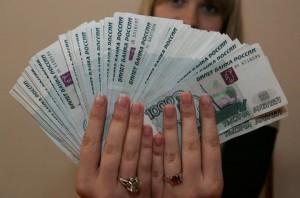 Муж выплатил жене алименты и она держит эти деньги в руках