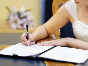 Невеста подписывает брачный договор (контракт)