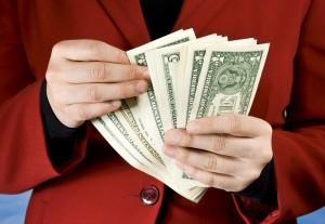 Муж отсчитывает деньги для выплаты алиментов на жену