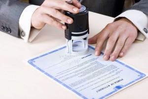 Юрист ставит печать на нотариальном соглашении