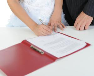 Будущая жена подписывает брачный договор