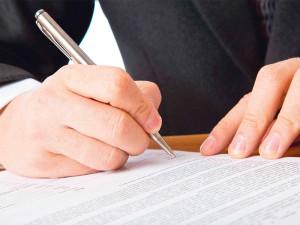 Мужчина подписывает документы для развода