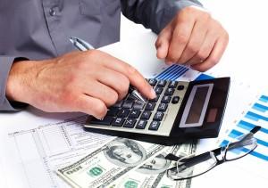 Мужчина на калькуляторе рассчитывает размер алиментов