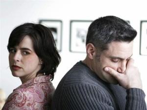 Муж и жена разводятся и спорят на счет кредита