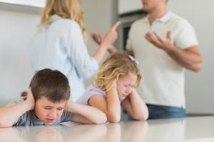 Мама и папа ругаются, дети расстроены. Все идет к разводу