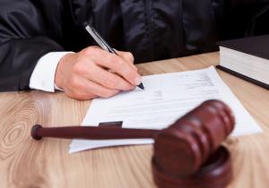 Идет судебная процедура по разводу. Судья подписывает заявление