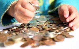 Женщина требует и пересчитывает алиментные деньги