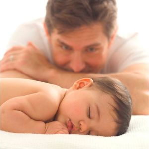 Мужчина смотрит на ребенка перед установлением отцовства