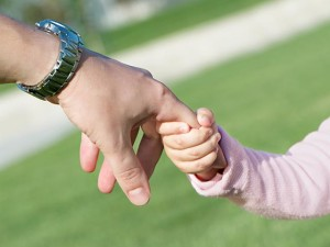 Женщина усыновила ребенка и протягивает ему руку