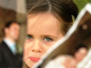 Девочка после развода родителей обижена