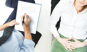 Женщине на приеме у психолога