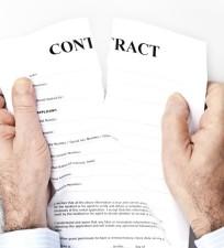 Мужчина рвет брачный контракт