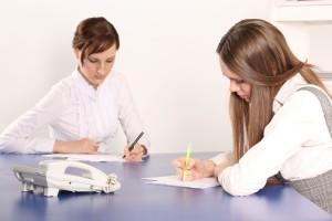 Юрист и девушка составляют мировое соглашение об уплате алиментов