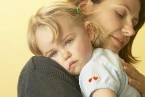Мать-одиночка с ребенком на руках