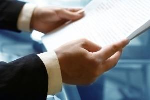 Юрист читает заявление на раздел имущества