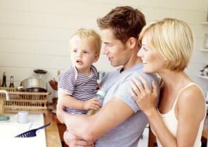 Родители с ребенком на руках